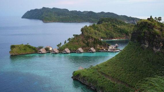 """Fernab der Welt gründeten Naturliebhaber auf West-Papua, dem indonesischen Teil Neuguineas, das erste """"Eco-Resort"""", ein Projekt im Einklang mit der Natur. Bildrechte: ARTE / © What's Up Films"""