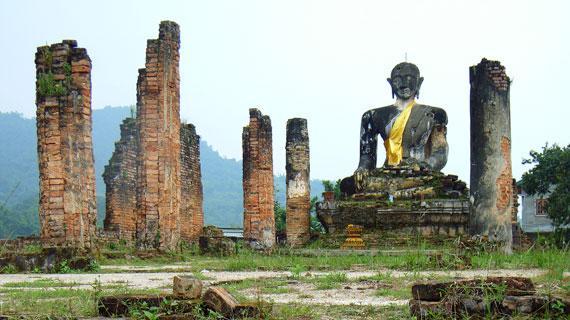 Die Provinzhauptstadt Xieng Khuang in Nordlaos wurde während des Geheimen Krieges vollkommen ausgebombt. Sogar die Tempelanlagen. Bild: NDR / © NDR/ Gebrueder Beetz Filmproduktion