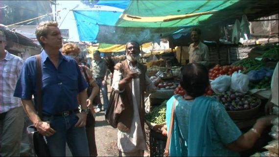 Für einen kurzen Moment kommt Urlaubsstimmung auf - die Heuwinkels machen einen Ausflug auf den traditionellen Markt im indischen Pune. Bild: ZDF / Christian Hahn