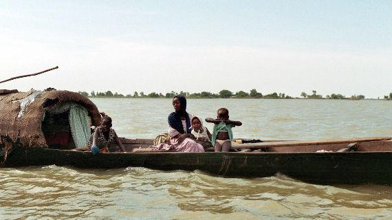 Die Menschen stehen im Mittelpunkt des Films - Sie leben als Flussnomaden in einem winzigen Boot mit der ganzen Familie auf dem Fluss oder treiben ihr gesamtes Vermögen in Form von Kuhherden einmal im Jahr durch den Fluss - einmal im Jahr nach monatelanger Reise durch die Steppe. Der Fluss spendet Leben, ist die Quelle zahlreicher Sagen und verbindet den halben Kontinent. Bild: WDR/Marcel Kolvenbach