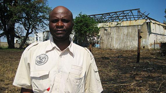 Temba Maluleke, Mitarbeiter der Universität Kapstadt, vor einem zerstörten Farmhaus. Bild: PHOENIX/SWR/Gavyn Stevens