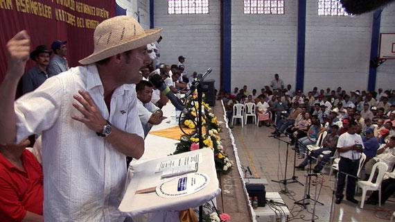 Der US-amerikanische Rechtsanwalt Juan Domínguez kämpft für die Rechte nicaraguanischer Plantagenarbeiter. Auf der Anklagebank sitzt der Obstmulti Dole. Bild: ZDF/Frank Pineda