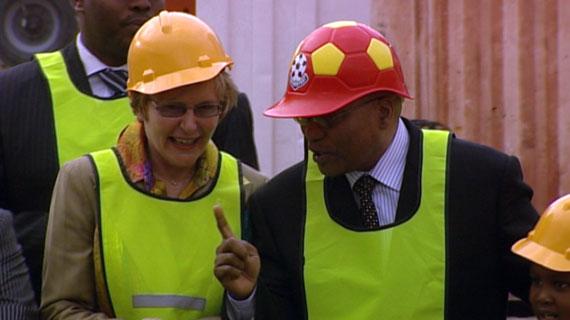 Helen Zille und Jacob Zuma im Stadion von Kapstadt. Bild: NDR / © NDR/Bildersturm