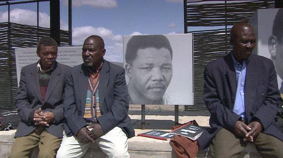 Der Ältestenrat von Mvezo vor der Gedenkstätte für Nelson Mandela an seinem Geburtsort Bild: NDR / © NDR/Looksfilm