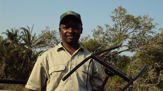 Sbu Mfeka überwacht die Elefanten des iSimangaliso Wetland Parks. Bild: NDR / © NDR/Looksfilm