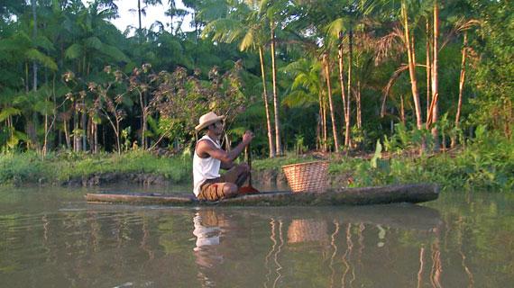 Ein Pirogenfahrer - unterwegs auf dem Amazonas Bild: ARTE F / © SystemTV