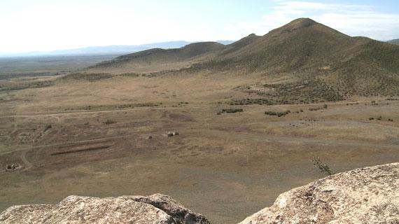 Der Gomshasar ist mit 3.724 Metern die höchste Erhebung in Berg-Karabach, einer Region, die nur ungefähr 100 Kilometer lang und 80 Kilometer breit ist und die seit jeher ein Zankapfel zwischen Armenien und Aserbaidschan ist. Bild: ARTE F / © System TV