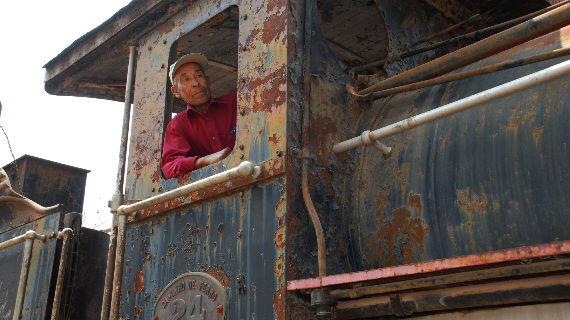 Weil es für die Loks kaum mehr Ersatzteile gibt, rosten viele im Depot von Huambo. Bis heute ist Joaquim Mohebe von den alten Maschinen fasziniert. Bild: ARTE F / © Adama Ulrich/Peter Klotz/MedienKontor FFP