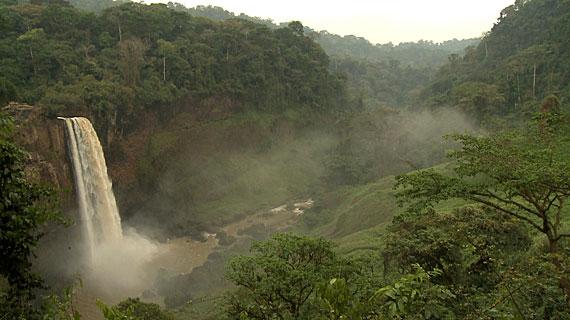 Ein Großteil des westafrikanischen Küstenstaats Kamerun besteht aus Hochplateaus und Bergen, die während der geologischen Verschiebungen im Tertiär entstanden sind. Bild: ARTE F / © System TV