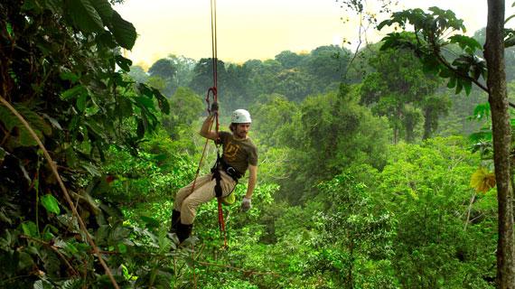 Peter ist nicht nur Bauingenieur sondern auch ein versierter Kletterer. In 25 Metern Höhe will er das höchste Baumhaus der Welt, mitten im Dschungel von Costa Rica, bauen. Bild: ARTE France / © MedienKontor FFP