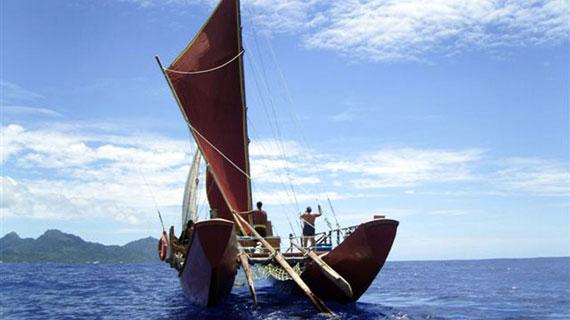 In ihren imposanten Vakas unternahmen die Polynesier ihre abenteuerlichen Reisen und besiedelten so die ganze Südsee. Auf den Cook Islands segelt eine Crew auf ihren Spuren. Bild: NDR