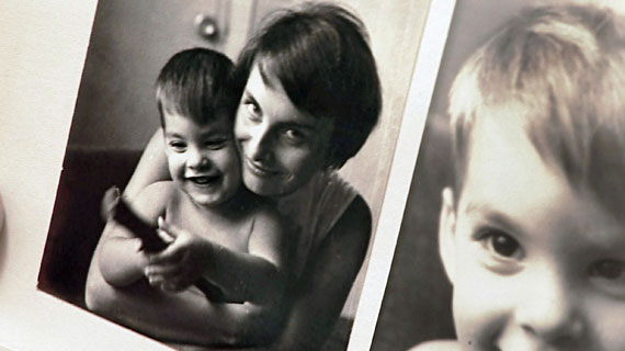 """Die DDR-Deutsche Monika Krause wird auf Kuba nicht nur Mutter, sondern ebenso die erste staatliche Sexualaufklärerin. Sie erhitzt die Gemüter und ist bald schon national bekannt als """"La Reina del Condón"""". Bild: MDR/Enzo Brandner"""