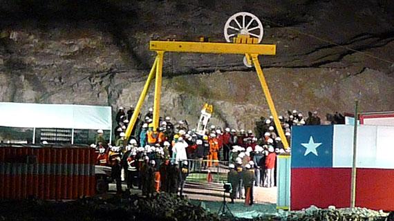 Der Ort der dramatischen und glücklichen Rettung der 33 in der Mine San José eingeschlossenen, chilenischen Minenarbeiter in der Atacamawüste: In dieser Kapsel wurden die Männer aus 622 Metern Tiefe hochgezogen. Bild: SWR/Peter Puhlmann
