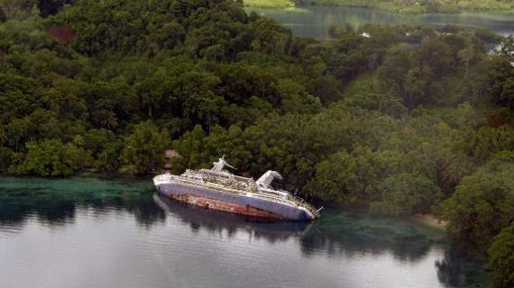 An Land und unter Wasser: Wracks an Traumstränden sind auf den Solomon Islands keine Seltenheit. Bild: NDR/Mario Schmidt