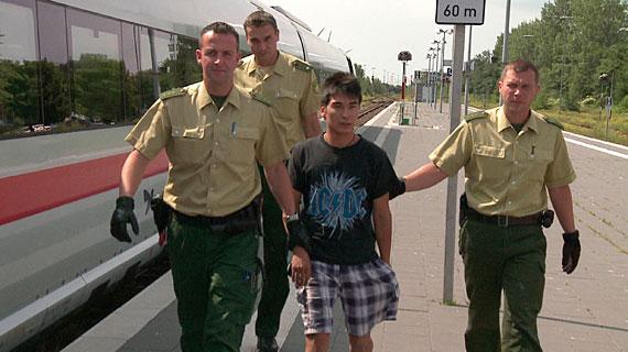 Ali Reeza nach der Festnahme auf dem Bahnsteig in Puttgarden. Bild: NDR