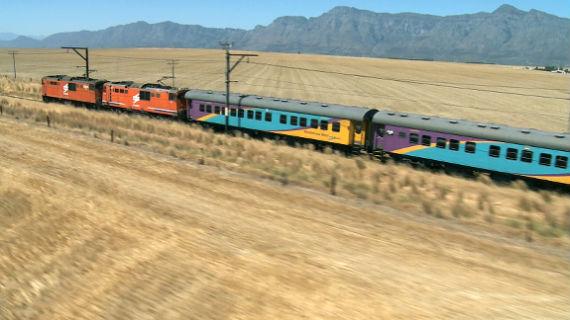 """In Südafrika ist der """"Shosholoza Meyl Express"""" der Zug der kleinen Leute. Er ist günstig und wird vom Volk genutzt. 27 Stunden dauert die Fahrt auf einer seiner längsten Strecken. Bild: PHOENIX/BR/Lemme Film"""