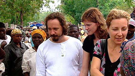 Michael (l) und Esther Will (3.v.r.) besuchen mit der holländischen Ärztin Annemarie Hulshuizen (2.v.r.) den Markt von Beauchamp. Bild: WDR