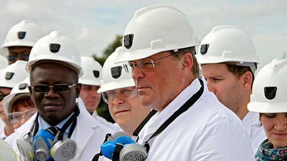 Dirk Niebel, Bundesminister für wirtschaftliche Zusammenarbeit und Entwicklung, besucht eine Kupfermine in Sambia. Bild: rbb/Friederike Sittler