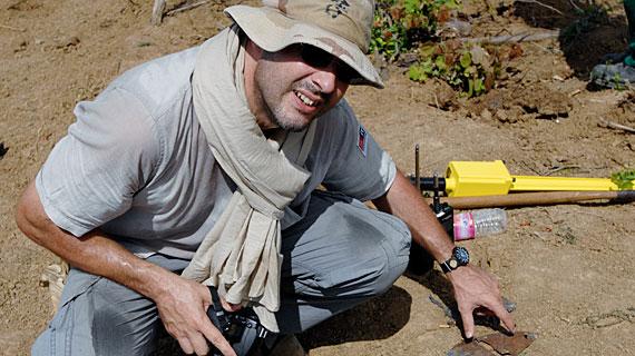 Frank Masche mit den Resten einer Mine, die 13 Menschen getötet hat, in Kambodscha 2010. Bild: SWR/Gropper