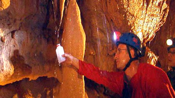 Der französische Hydrogeologe Eric Gilli verfolgt den Weg des Regenwassers, das die Süßwaserquellen unter dem Meeer speist. In dieser Grotte nimmt er Wasserproben. Bild: PHOENIX/ZDF/Jürgen Maahs
