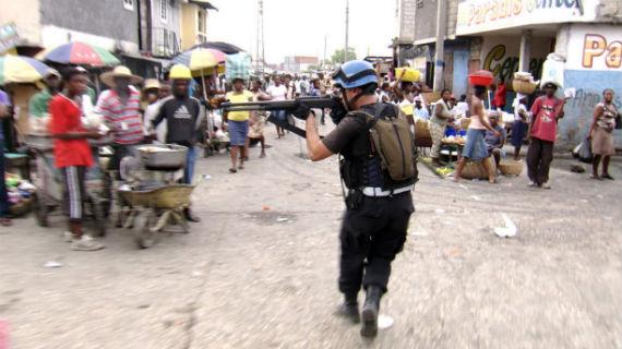 Ein Soldat der UN-Friedenstruppe, Mitglied des jordanischen SWAT-Teams, in einem der Ghettos von Port-au-Prince, wo kriminelle Banden ihr Unwesen treiben. Bild: WDR/Quicksilver Media
