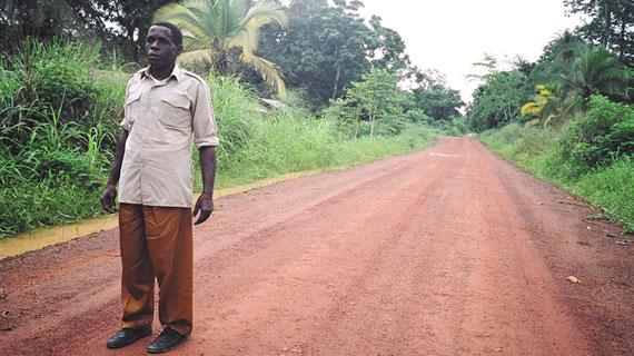"""In einem Dorf der Evuzok im Süden Kameruns therapiert der Heiler Mba Owona Pierre die """"Krankheiten der Nacht"""", das sind durch Verhexung verursachte Erkrankungen, mit einem Gegenzauber. Bild: ARTE F"""