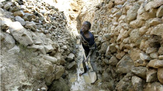 Goldfelder im Nordosten des Kongo. Bewaffnete Gruppen, wie die FDLR, verlangen Schutzgeld und Wegeszoll von den Goldgräbern. Meist sind es Bewohner der nahegelegenen Dörfer, die von bewaffneten Gruppen drangsaliert und unterjocht werden. Wer nicht gehorcht, wird getötet. Bild: SWR/Wolfgang Eilmes, FAZ