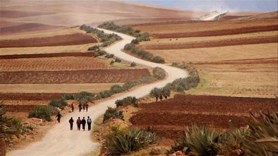 Kinder eines kleinen Dorfes in Peru auf ihrem Schulweg. Bild: ARTE France