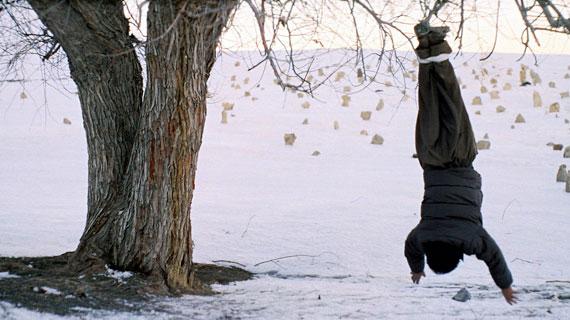 Kako (Allahmorad Rashtiani) wird bestraft. Bild: ZDF / © Nigel Bluck/Crighton Bone