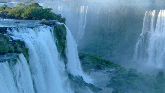 Naturwunder Iguacu: Die weltberühmten Wasserfälle sind ca. 2.700 Meter breit. Bild: NDR/NDR Naturfilm/Christian Baum