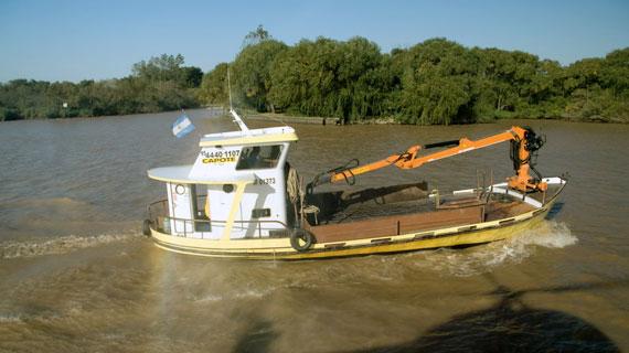 """Der Frachter """"Capote"""" gilt als zuverlässigstes Transportmittel im Labyrinth des sogenannten Tigre-Delta. Bild: ARTE / © Medienkontor FFP"""
