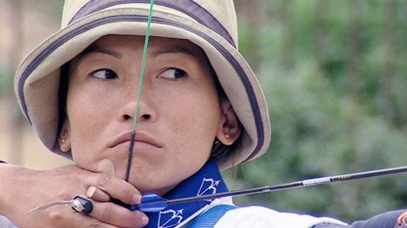 Tshering Chhoden, 25, ist wahrscheinlich Bhutans beste Bogenschützin. Bild: ARTE / © Medienkontor FFP