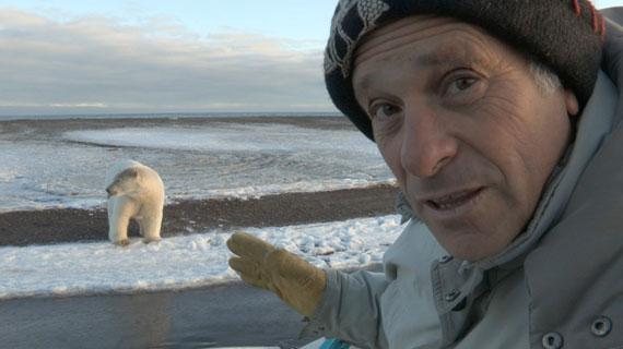 """Greg Palast vor dem Gelände der BP in der Beaufort Sea in der Arktis von Alaska. Hier soll unter dem Namen """"Liberty project"""" eines der größten Ölfelder weltweit für BP erschlossen werden. Bild: ZDF / © Richard Rowley"""