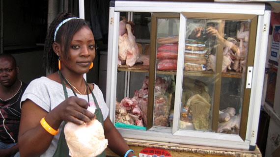 Brust oder Keule? Die deutschen und französichen Konsumenten haben sich eindeutig entschieden: Nirgendwo wird so viel Hähnchenbrust gegessen wie bei uns. Doch wohin mit dem verschmähten Rest? Er wird weltweit verschoben. Wir verfolgen diese Hühner-Reste auf ihren verschlungenen Wegen von Deutschland, Frankreich und den Niederlanden nach Afrika. Am Beispiel Ghana wird deutlich, welche Auswirkungen die Exporte auf die Märkte haben und wie der europäische Hühnerwahnsinn die Menschen dort trifft. Bild: WDR