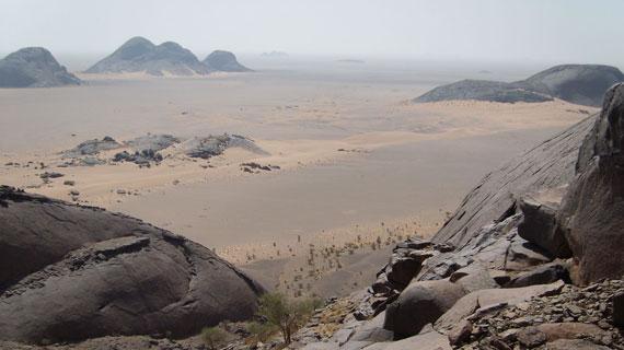 Blick auf die Granit-Inselberge von Leshouat. Bild: NDR/WDR/W. Schiebener