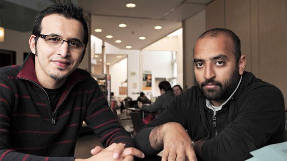 Der Nottinghamer Doktorand Rizwaan (re.) und sein Tutor Hicham (li.) wurden verhaftet, weil Rizwaan unter Terrorverdacht geriet. Bildrechte: ZDF / © Alexander Fuchs