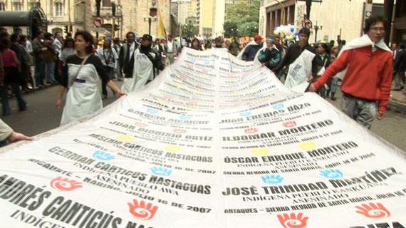 Wahrheit, Gerechtigkeit und Wiedergutmachung fordern die Demonstranten am 6. März 2008 während einer Kundgebung zu Ehren der Opfer. Bild: ARTE/SSR