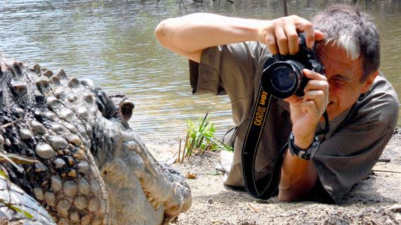 Rainer Bergomaz bei einer Nahaufnahme eines Schwarzen Kaimans. Bild: PHOENIX/ZDF/ARTE/M. Pöllmann