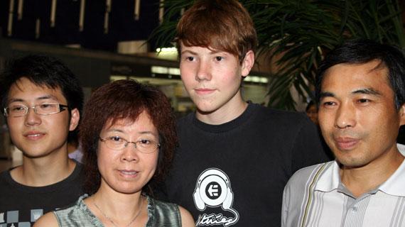 Ein ganzes Jahr wird der 16-jährige Henning Weineck bei Familie Hong in Shanghai leben und an ihrem Familienleben teilnehmen. Bild: PHOENIX/WDR/Fruitmarket Kultur und Medi
