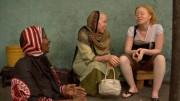Die 20-jährige Arapha (re.) ist Albino und lebt in der tansanischen Hauptstadt Daressalam. Bild: ARTE France