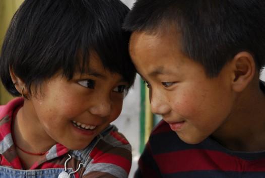 Der neunjährige Sonam (li.) und der sechsjährige Dholma (re.) haben beide eine geborgene Kindheit in ihrer Familie in Tibet hinter sich gelassen und werden nun als Waisen betrachtet. (Bild: ARTE France / © Zed Production)