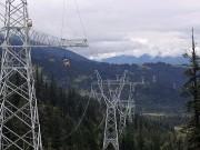 Tibet wird immer mehr von Stromleitungen durchzogen, um die entfernten chinesischen Metropolen wie Shanghai und Peking mit Elektrizität aus tibetischen Wasserkraftwerken zu versorgen. (Bild: WDR / © Thomas Weidenbach/Längengrad Filmproduktion)