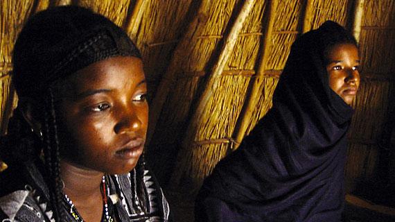 Rhaissa (re.) mit ihrer Freundin. Bis zum Tag ihrer Hochzeit muss Rhaissa im Zelt ihrer Mutter bleiben und darf - dem Heiratsritual nach - weder sprechen noch das Zelt verlassen. Bildrechte: ARTE F / © Gebrueder Beetz Filmproduktion