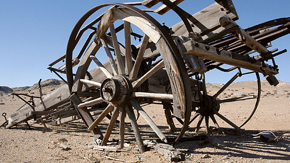 Seit 100 Jahren liegt dieser Ochsenkarren im Diamanten-Sperrgebiet Namibias - Spuren deutscher Siedler. Bild: PHOENIX/ZDF/Resa Asarschahab