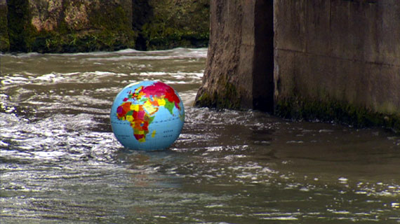 Der Erdball als Wasserball: Er führt uns an die Orte, an denen Wasser fehlt und die Verteilung neue Strategien fordert. Bild: Arte