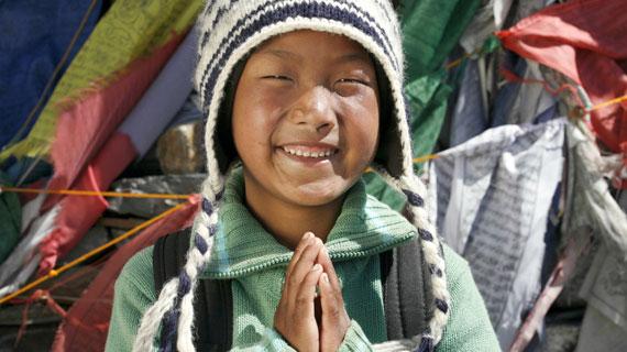 Der 7-jährige Dorje Sherpa will die größten Berge der Welt sehen. Bild: rbb/SWR/Dieter Glogowski