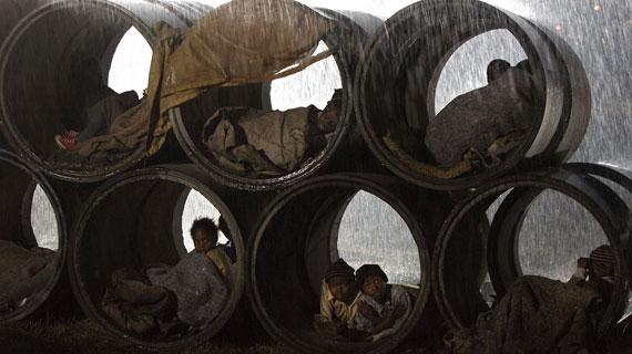 Obdachlose Waisenkinder schlafen nachts in Abflussrohren. Bild: ARD / © ARD/Degeto