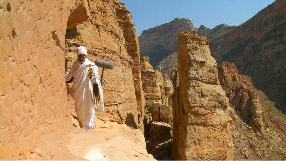 Die Berge der trockenen äthiopischen Hochebenen sind schwer zugänglich, faszinierend und imposant. Der Alltag der Menschen, die hier leben, hat mit dem der westlichen Zivilisation nichts gemein. Bild: ARTE F / © System TV