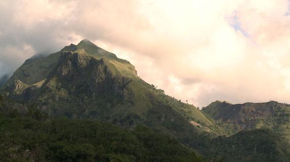 Mit seinen 3.440 Metern dominiert der Rantemario die indonesische Insel Sulawesi und den Ort Rantepao, der das kulturelle Zentrum des Toraja-Hochlands bildet. Zwischen unzähligen Dörfern und Grabstätten liegt unberührte Natur. Bild: ARTE F / © System TV