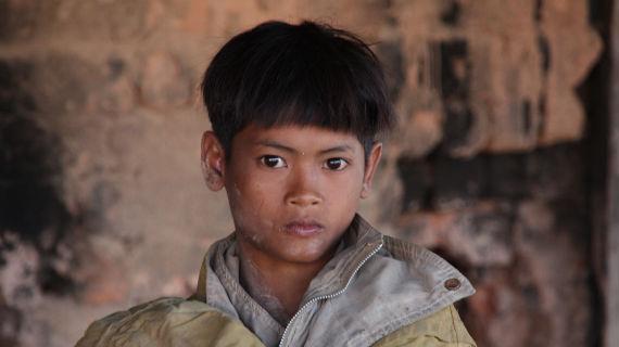 In Kambodscha müssen schon kleine Kinder arbeiten um zu überleben. Er schuftet in einer Backsteinfabrik. Bild: ZDF und Petra Schulz